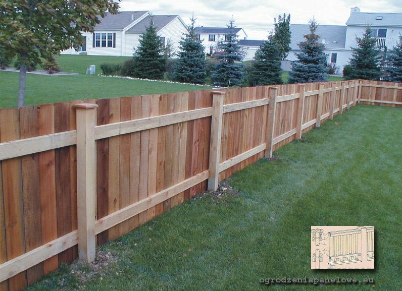 ogrodzenie drewniane sztachetowe ze s upkami murowanymi z ceg y lub